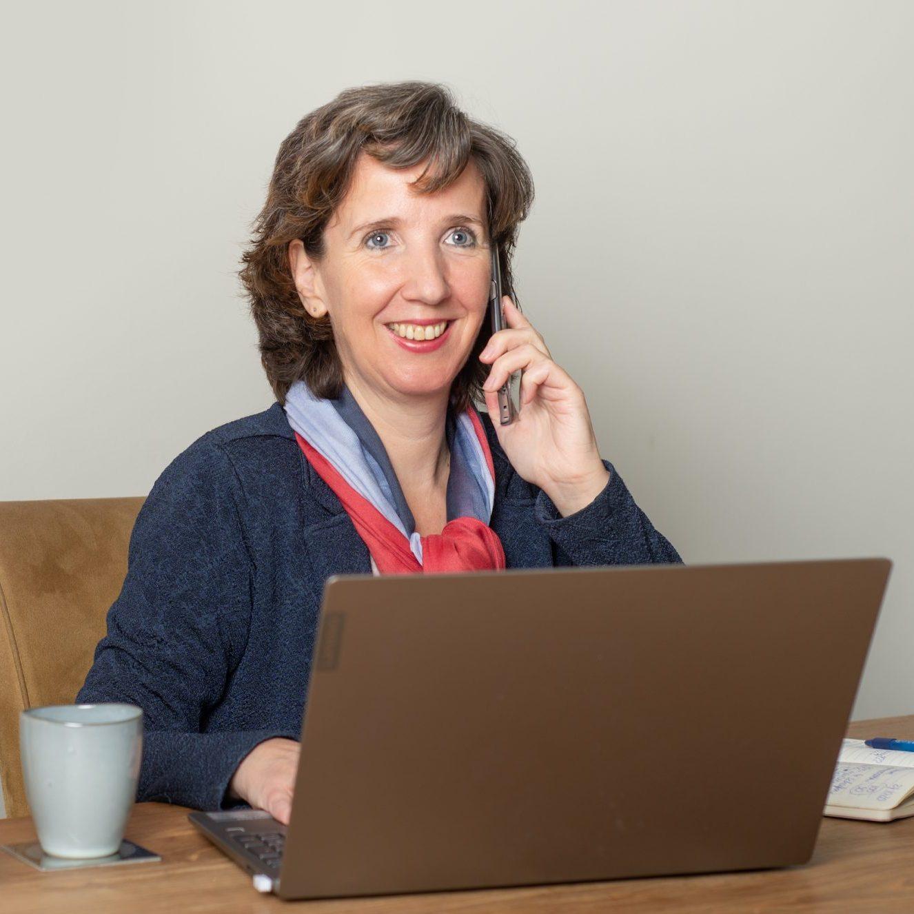 Marielle Obels bij PC met telefoon