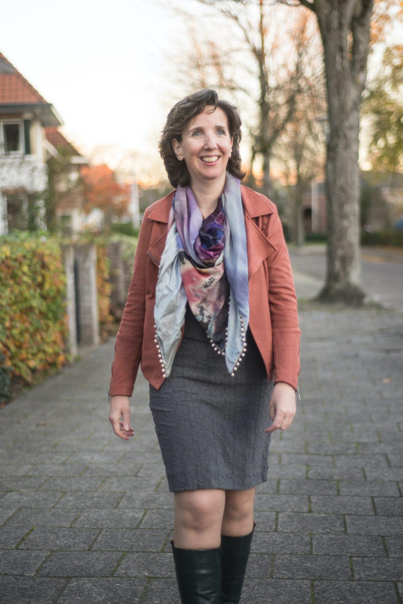 Marielle Obels wandelt door straat